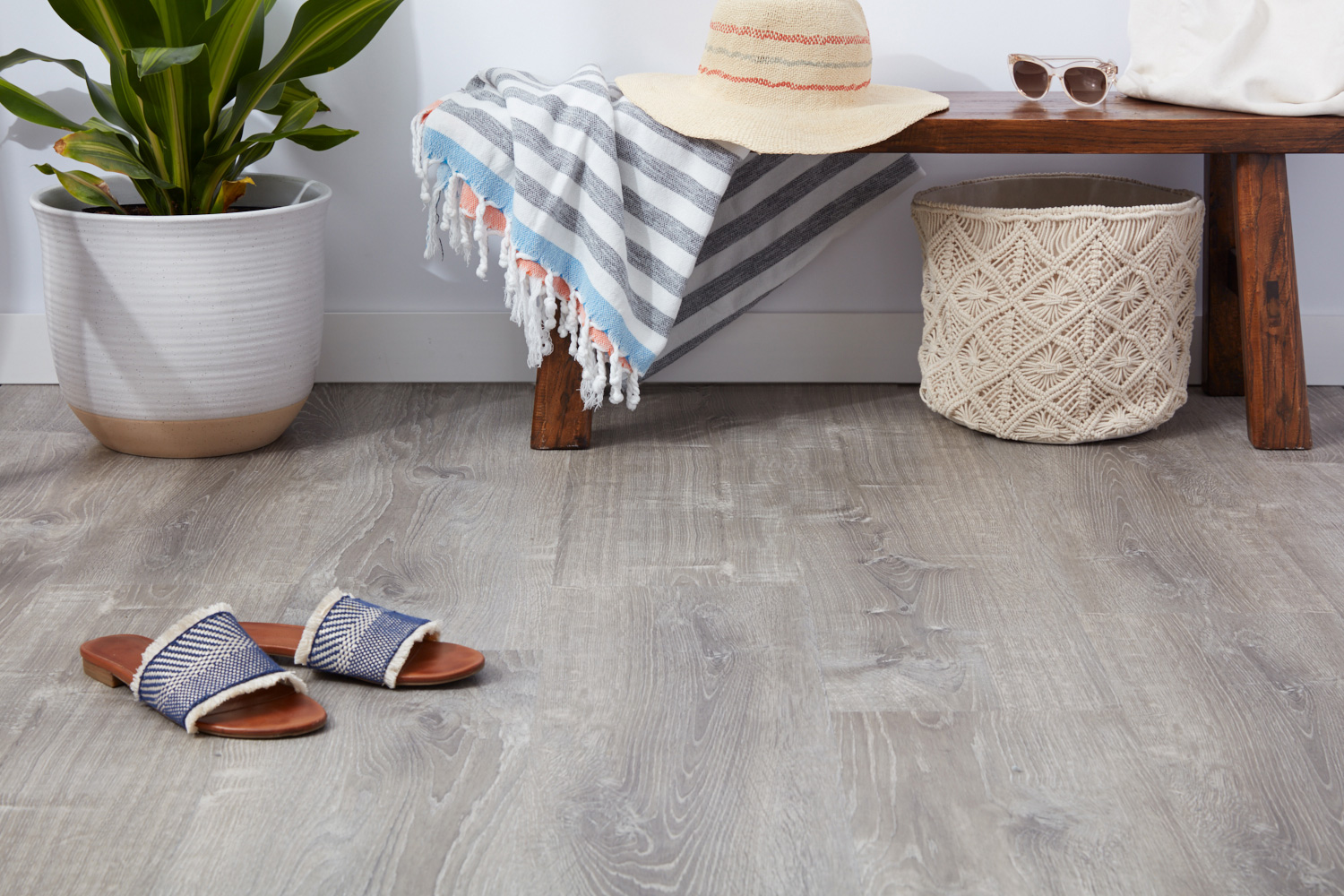 pros-and-cons-resilient-vinyl-flooring-4121078_0549